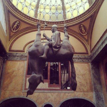 Kun by David Černý - Statua equestre rovesciata di San Venceslao