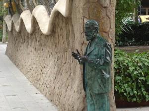 Porta della Finca Miralles - Statua di Gaudì