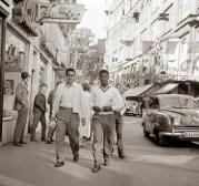 Pelè a 17 anni passeggia per una strada della Svezia prima del Campionato mondiale del 1958