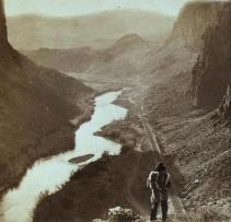 Un nativo americano scruta la ferrovia transcontinentale recentemente completata in Nevada - 1868