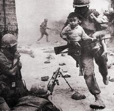 Un soldato salva un bambino vietnamita