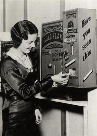Un distributore automatico che vendeva sigarette per un centesimo. Inghilterra, 1931