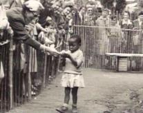 Bambina africana in uno zoo umano, Belgio 1958