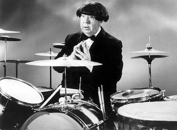 Alfred Hitchcock con una parrucca da Beatles, 1964