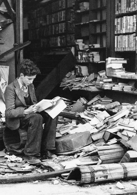 Libreria a Londra rovinata da un raid aereo - 1940