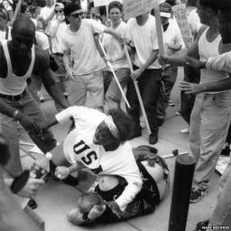 Donna di colore salva razzista dalla folla