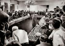 Bobby Fischer che gioca contemporaneamente con 50 avversari nel suo albergo di Hollywood, 1964