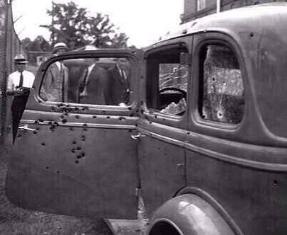 La macchina di Bonnie e Clyde dopo che furono uccisi, 1934
