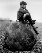 Bambino seduto su una mina di mare - Kent - Inghilterra - 1945