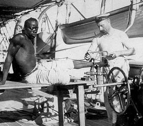 Marinaio britannico di rimuove le catene di uno schiavo. Circa 1800