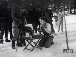 Charlie Chaplin si trucca sul set di The Gold Rush, 1924