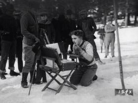 Charlie Chaplin si trucca sul set di The Gold Rush, 1924