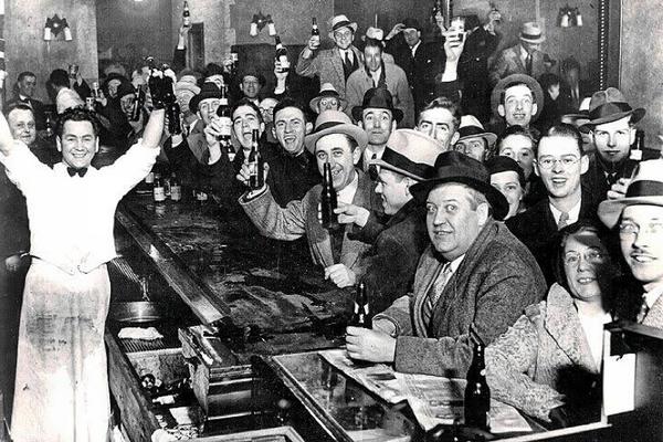 Cittadini celebrano la fine del proibizionismo negli Stati Uniti. Circa 5 dicembre 1933