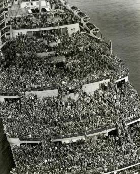 Nave affollata riporta le truppe americane al porto di New York dopo il V-Day, 1945