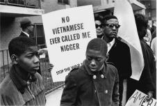 Un dimostrante ad l'Harlem per la Marcia per la Pace e contro l'oppressione razziale porta un segno contro la guerra, 1967