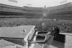 Elton John al Dodger Stadium a Los Angeles, Ottobre 1975
