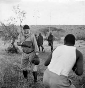 Ernest Hemingway fa boxe in Africa