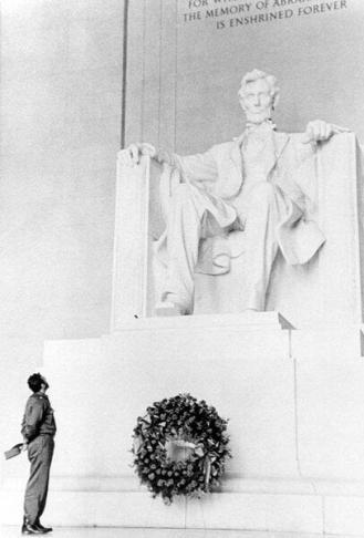 Fidel Castro di fronte alla statua in memoria di Lincoln