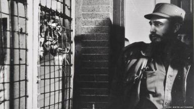 Fidel Castro fissa negli occhi una tigre al Bronx Zoo a New York City, 1959