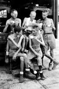 Cinque ex prigionieri di guerra australiani recuperano notizie dopo il loro rilascio dalla prigionia giapponese di Singapore, settembre 1945