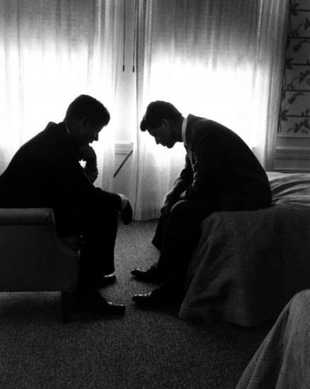 John F. Kennedy e Robert F. Kennedy, Los Angeles, 1960. Foto di Hank Walker