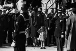 John F. Kennedy Jr. al funerale di suo padre
