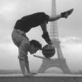 Giocoliere davanti alla Torre Eiffel, 1948