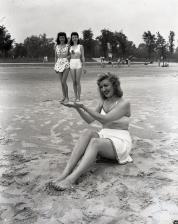 Donne che si divertono in spiaggia, 1945