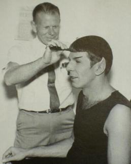 Leonard Nimoy si fa tagliare i capelli per impersonare Spock in Star Trek