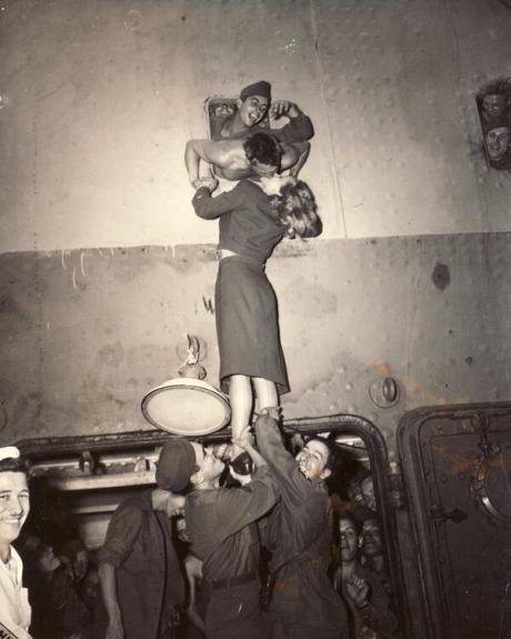 Marlene Dietrich accoglie un soldato di ritorno dalla seconda guerra mondiale con un bacio appassionato attraverso un oblò, 1945