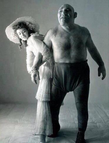 Maurice Tillet, un wrestler affetto da acromegalia. Morì nel 1954 e ha fatto da ispirazione per il personaggio del cartone animato Shrek