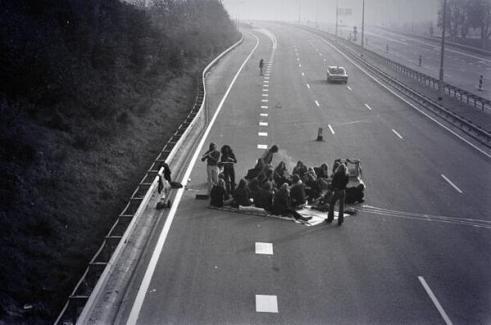 Persone fanno un pic-nic nel bel mezzo di una strada durante la crisi petrolifera del 1973