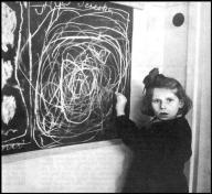"""Bambina polacca cresciuta in un campo di concentramento disegna """"casa"""" in un centro per bambini con disturbi. 1948"""