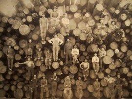 Ritratto di un gruppo di boscaioli. Fotografia vintage photography di autore sconosciuto