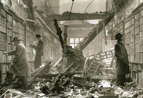 Lettori sfogliano libri in una libreria di Holland House danneggiata da una bomba, Londra, 1940