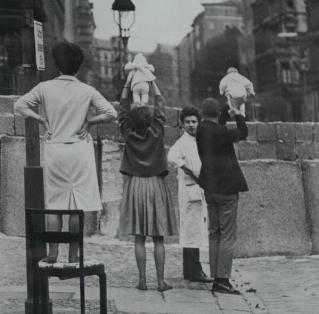 I residenti di Berlino Ovest mostrano i bambini ai loro nonni che risiedono oltre il muro