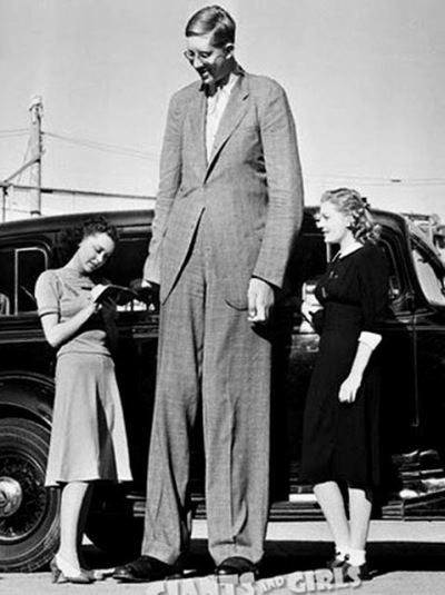Robert Wadlow - The Giant of Illinois, is the tallest - 272 cm- person in history. C. 1940