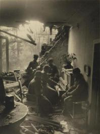 Soldati russi che suonano il pianoforte in una casa distrutta a Berlino, 1945