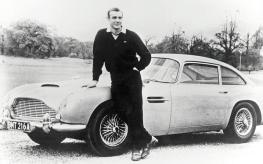 Sean Connery con un'Aston Martin DB5, 1965