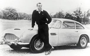 Sean Connery con un'Aston Martin DB5, 1965