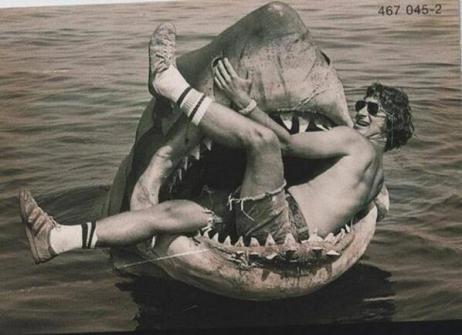 Steven Spielberg sul set de Lo Squalo, 1974