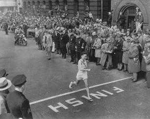 Superstite della bomba atomica di Hiroshima, Shigeki Tanaka ha vinto la maratona di Boston nel 1951. La folla era silenziosa