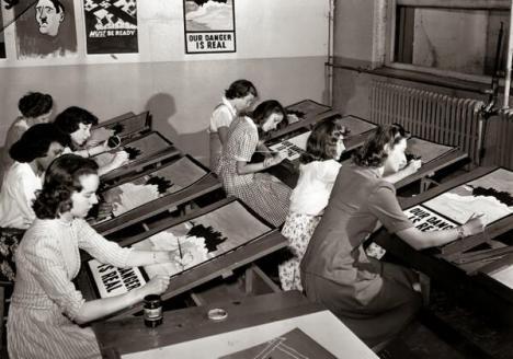 Studentesse impegnate a copiare manifesti di propaganda della Seconda Guerra Mondiale, New York, 1942