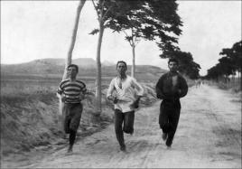 Tre uomini corrono la prima maratona per i giochi olimpici del 1896