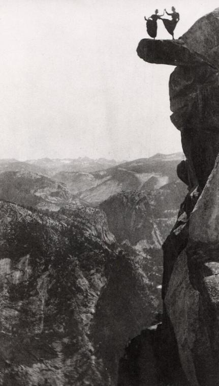 Due donne fanno acrobazie in cima alla Roccia Sporgente a Glacier Point nel Parco Nazionale di Yosemite, 1900