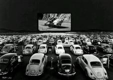 Volkswagen Beetle guardano 'Herbie - The Love Bug' in un teatro drive-in, c. 1960