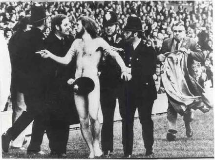 1 ° streaker del mondo, in una partita di rugby tra Inghilterra e Francia. Ha ottenuto un 10 sterline di multa, ma ne ha anche vinte altrettante per la scommessa, 1974