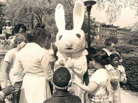 Un coniglietto di Pasqua distribuisce dolci ai bambini presso il Mount Vernon nel 1976