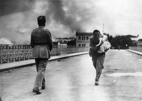 Un giornalista si lancia attraverso un ponte tra per salvare un bambino durante la Guerra Civile. 1936