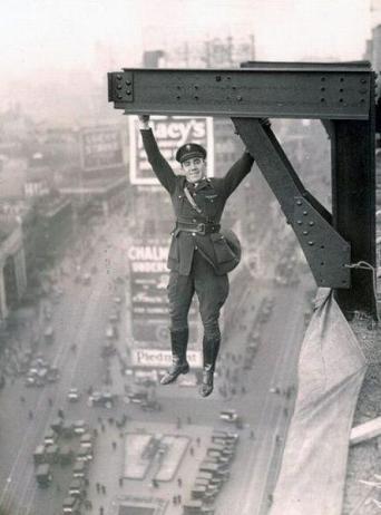 Un uomo a penzoloni su un grattacielo a New York City